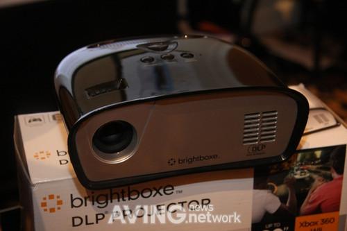 LED光源投影游戏机问世 售价不足200